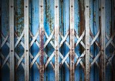 Stary i ośniedziały żelazny drzwiowy tło fotografia stock