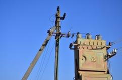 Stary i przestarzały elektryczny transformator przeciw tłu bezchmurny niebieskie niebo Przyrząd dla dystrybuci dostawa wysokość obrazy stock