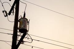 Stary i rocznik elektryczny transformator na elektryczności poczta z elektrycznością depeszuje fotografia royalty free