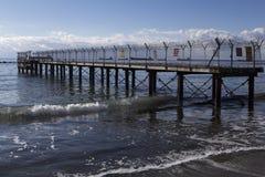 Stary i rujnujący molo na nadbrzeżu Zdjęcia Royalty Free