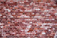 Stary i wietrzejący prosty grungy czerwony ściana z cegieł zaznaczający długim ujawnieniem elementy jako tekstury tło fotografia royalty free