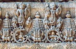 Stary Indiański architektury tło na tradycyjnego stylu uldze z fantazj zwierzętami, świątynia w Halebidu, India Zdjęcie Royalty Free