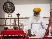 Stary Indiański mężczyzna obsiadanie. Zdjęcia Stock