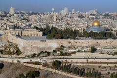 Stary Jerozolima: widok Świątynna góra, mnodzy kamienni budynki Wy ściana i Muzułmańska sanktuarium A kopuła 7th c, Fotografia Royalty Free