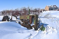 Stary John Deere b ciągnik zakopujący w śniegu obrazy royalty free