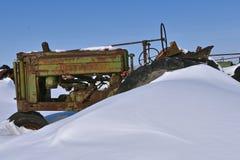 Stary John Deere ciągnik zakopujący w śniegu obraz stock