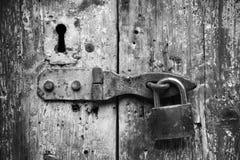 Stary kędziorek i rdzewiejący keyhole na drewnianym drzwi obrazy royalty free