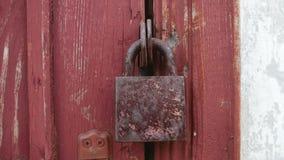 Stary kędziorka obwieszenie na drewnianej drzwiowej teksturze zdjęcie wideo