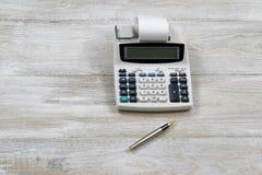 Stary kalkulator na drewnianym desktop Zdjęcia Royalty Free
