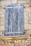 Stary kamienia dom z drewnianymi ?aluzjami, Provence, zdjęcie stock