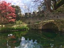Stary kamienia most na rzece w ogródzie od Ninfa, Włochy zdjęcia stock