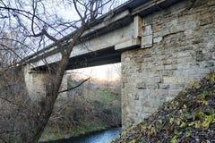 Stary kamienia most nad płytką rzeką zdjęcie royalty free