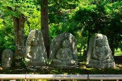 Stary kamienny Buddhas przy japończyka ogródem, Kyoto Japonia Obrazy Royalty Free