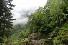 Stary kamienny budynek w górach fotografia royalty free