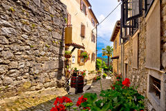 Stary kamienny miasteczko brzęczenie ulicy widok zdjęcie royalty free