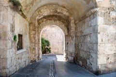 Stary kamienny przejście w kamiennej ścianie Obrazy Royalty Free