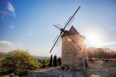 Stary kamienny wiatraczek przeciw zmierzchowi w świętego Saturnin les Odpowiednich, Provence, Francja Zdjęcie Stock