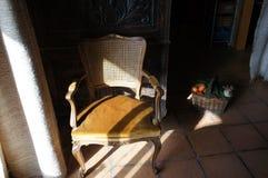 Stary karło z światłem słonecznym w wioska domu obraz stock