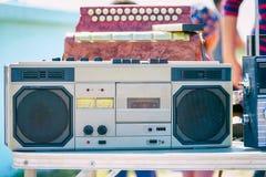 Stary kaseta pisak srebny kolor na stole zdjęcie stock