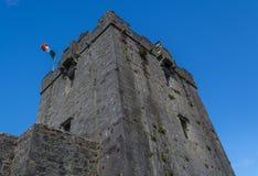 Stary kasztelu wierza z latającą irlandczyk flaga Dunguaire kasztel w Irlandia Zdjęcia Royalty Free