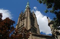 Stary Katedralny iglicy dojechanie w nieskazitelne białe chmury i niebieskie niebo zdjęcie royalty free