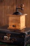 Stary kawowego młynu ostrzarz na retro walizce Zdjęcia Royalty Free