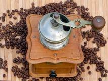 Stary Kawowy ostrzarz i kawowe fasole Obraz Stock