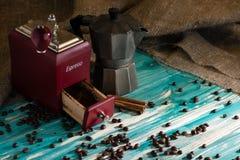 Stary kawowy ostrzarz i kawowy producent na drewnianym s i tle Obraz Stock