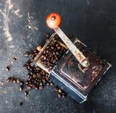 Stary kawowy ostrzarz na czerń stole Fotografia Stock