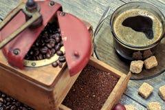 Stary kawowy ostrzarz z filiżanką kawy Obrazy Royalty Free