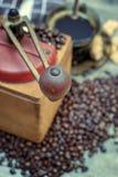 Stary kawowy ostrzarz z filiżanką kawy Zdjęcie Stock