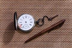 Stary kieszeniowy zegarek i pióro Zdjęcie Royalty Free