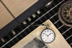 Stary kieszeniowy zegarek na gazecie zdjęcie stock