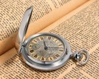 Stary kieszeniowy zegarek na słowniku Zdjęcia Stock