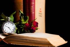 Stary kieszeniowy zegarek w ostrości na starej rozpieczętowanej książce obrazy royalty free
