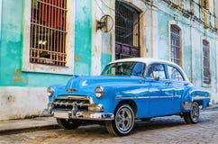 Stary klasyczny Amerykański błękitny samochód parkujący w starym miasteczku Hawański Zdjęcia Royalty Free