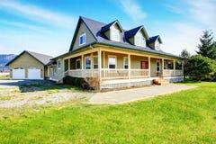 Stary klasyczny amerykanina dom z ganeczkiem zdjęcie royalty free