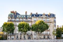 Stary klasyka dom na banku rzeczny wonton w Paryż, Francja obraz stock