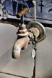 Stary klepnięcie z różanów koralikami w błogosławionej fontannie zdjęcia stock
