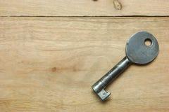 Stary klucz Na drewniany retro Obrazy Stock