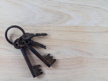 Stary klucz na drewnianym tle Obraz Royalty Free