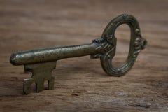 Stary klucz na drewnie Fotografia Royalty Free