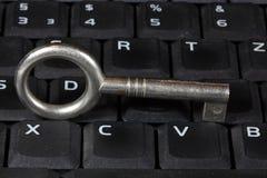 Stary klucz na klawiaturze Fotografia Royalty Free