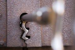 Stary klucz w keyhole obrazy stock