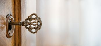 Stary klucz w keyhole, makro- strzał styl retro Pojęcie fo i pomysł obraz stock