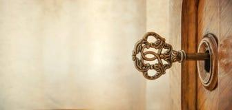 Stary klucz w keyhole, makro- strzał styl retro Pojęcie fo i pomysł zdjęcie stock
