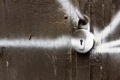 Stary kluczowy kędziorek na metalu starych drzwiach Obraz Royalty Free
