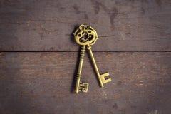 Stary kluczowy rocznik na drewnianym tle i tekstura z przestrzenią Obrazy Stock