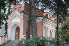 Stary kościół katolicki w sosnach Zdjęcia Royalty Free