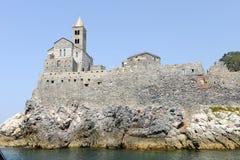 Stary kościół na skalistym nabrzeżnym wychodzie przy Portovenere Obrazy Stock